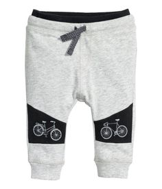 Pants in soft, lightweight sweatshirt fabric with a printed design. Elasticized drawstring waistband and ribbed hems. Boys Joggers, Boys Pants, Outfits Niños, Baby Boy Outfits, Toddler Boys, Baby Kids, Kids Fashion Boy, Cute Outfits For Kids, Kids Wear