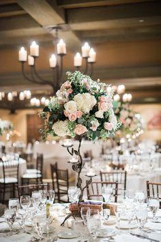 背の高い #テーブル #花 。#キャンドル が素敵。