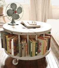 Tafel met opbergruimte voor boeken van een oude kabeltrommel gemaakt.