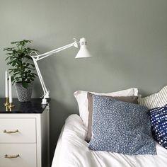 Smygtitt på den nya färgen Det blev varken blått eller grått utan istället harmoniskt GRÖNT. Wall Colors, Master Bedroom, Interior Design, House, Home Decor, Colour, Master Suite, Nest Design, Color