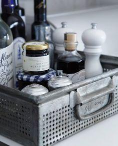Metalen bakje voor flessen en kruiden voor op het aanrecht