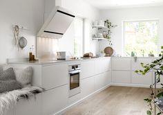 23 Scandinavian Kitchen You Will Want To Keep - Home Decoration Experts Kitchen Dinning, Kitchen Decor, Küchen Design, Interior Design, Design Salon, Scandinavian Kitchen, Kitchen Collection, Cuisines Design, Beautiful Kitchens