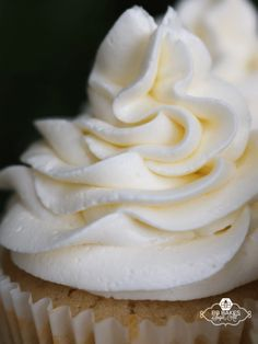 Fluffy and light, this Marshmallow Buttercream pipes easily onto cupcakes and covers cakes like a dream. Marshmallow Buttercream Frosting Recipe, Cupcake Frosting, Cake Icing, Cupcake Cakes, Marshmallow Cupcakes, Whipped Cream Frosting, Fluffy Frosting Recipes, Fluffy Icing, Fluffy White Frosting