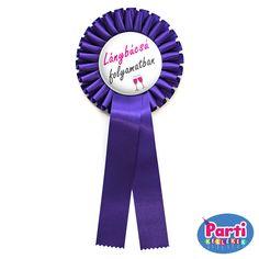 Kitűző a lánybúcsú minden résztvevőjének, rózsaszín felirattal és pezsgős pohár mintával, nagy méretű kitűzővel és szalaggal Minden