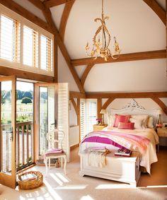 Очарователна спалня с висок таван