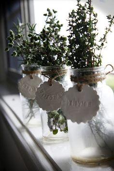 ハーブの名前をタグに入れてガラス瓶に結びつけています。ナチュラルで飾らないインテリアにも。
