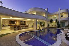 Esta casa de fachada arrojada com curvas sinuosas reserva em…