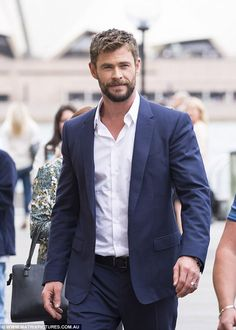 Thor blimey he looks sharp! Chris Hemsworth (seen) dresses up in a suit as he joins Ragnarok director Taika Waititi and co-star Mark Ruffalo in Sydney Chris Hemsworth Thor, Suit Fashion, Mens Fashion, Fashion Boots, Snowwhite And The Huntsman, Terno Slim, Hemsworth Brothers, Actrices Hollywood, Chris Evans