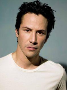 Keanu Reeves. La belleza está en una camiseta blanca....