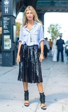 Street style look com camisa social e saia midi de paetê.