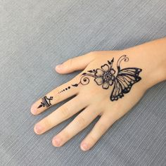 Simply such a cute design 😊 Henna Designs Arm, Mehndi Designs Finger, Henna Tattoo Designs Simple, Mehndi Designs For Beginners, Mehndi Design Photos, Mehndi Designs For Fingers, Latest Mehndi Designs, Mehndi Art Designs, Henna Designs For Kids