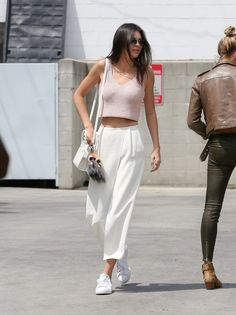 Hacks to Steal From the Best Model Off-Duty Moments Kendall Jenner chose to wear a pair of crisp culottes with her pink crop top while out in LA.Kendall Jenner chose to wear a pair of crisp culottes with her pink crop top while out in LA. Kendall Jenner Estilo, Kendall Jenner Outfits, Kendall Jenner White Dress, Mode Outfits, Casual Outfits, Fashion Outfits, Style Casual, Style Fashion, Sneakers Fashion