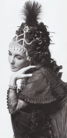 1971 Elizabeth Taylor * at the Proust Ball given by Baron and Baroness de Rothschild with a Van Cleef & Arpels Diamond Necklace Woven into her Hair for the Proust Ball photo Cecil Beaton,