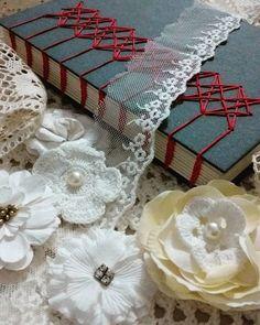 Renda se! #coptic #bookbinding #handmadebooks #creativeartbook #cadernoartesanal  #costurandolivros #horlle #reliure #encadernaçãomanualartística #encadernação #aulasdeencadernação