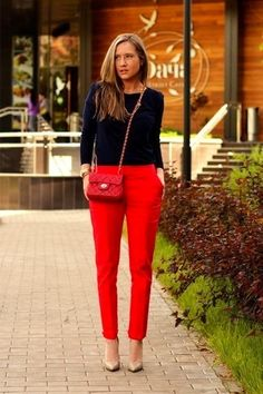 How to wear: navy crew-neck sweater, red carrot pants, pumps, sweater Red Trousers Outfit, Outfit Pantalon Rojo, Red Dress Pants, Trouser Outfits, Outfit With Red Pants, Mode Outfits, Fall Outfits, Fashion Outfits, Fashion Scarves