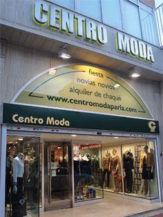 Fachada de tienda de ropa, buena combinacion de los elementos y aparte te informan de lo que venden. IV