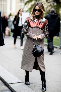 """雨が多かった17-18年秋冬のパリコレ。オフランウェイでは、冷たい雨にも負けず、ファッショニスタが華やかな最旬スタイルを披露。彼女たちが魅せる""""Power of Fashion""""をご覧あれ。"""