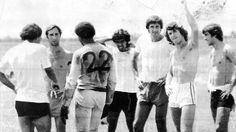 Los entrenamientos de Bilardo con el Cali. Sin camisa 1977-78 - Deportivo Cali Che Guevara, Couple Photos, Couples, Training, Sports, Professor, Couple Shots, Couple Photography