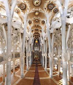 Dit is de binnenkant van de Sagrada Familia in Barcelona. Hij is ontworpen door Gaudi, maar helaas nog lang niet af. De bouw duurt al meer dan 100jaar. Ondanks dat er al lang nieuwe kunstvormen zijn, zie je hier toch nog wat van de jugendstil. Veel aanhangers van de jugendstil zagen de natuur als grootste inspiratiebron. Op het plafond zie je de contouren van bloemen. De pilaren zien er uit als takken van bomen. Daardoor is dit interieur toch ook een beetje jugendstil