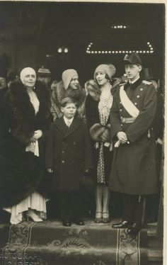 Helen and her son surrounded with the royal family of Romania Queen Mary, King Queen, Michael I Of Romania, Romanian Royal Family, Peles Castle, Queen Victoria Family, Victorian Life, Central And Eastern Europe, Princess Alexandra