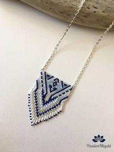 Collier Modèle METZTLI avec perles Miyuki delicas 11/0 ... 100% fait main , modèle inventé et tissé entièrement à la main ! Composition : - Perles : Bleu nuit , Bleu clair , Blanc et Argent - Apprêts : Métal argenté Taille : - Longueur Totale : 320 mm - Motif : 60 x 40 mm Prix : 20€