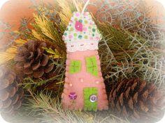 In & around my house : Felt christmas houses ! Christmas Houses, Felt Christmas, Christmas Stockings, Christmas Ornaments, My House, Holiday Decor, Home Decor, Needlepoint Christmas Stockings, Decoration Home