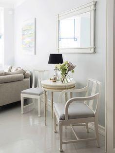 Seinät on maalattu helmenharmaalla Tikkurilan sävyllä lukuun ottamatta makuuhuonetta, johon pariskunta valitsi yhdelle seinälle Tikkurilan Takorauta-sävyn. Lattiat on maalattu vaaleanharmaiksi ja peiliovet valkoisiksi.