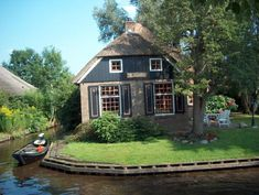 The cottage homes of Giethoorn - Venice of the Netherlands - ~ House Crazy ~ Little Cottages, Small Cottages, Small Houses, Google Street View Map, Beautiful Homes, Beautiful Places, Fairytale House, Lakeside Cottage, Holland Netherlands