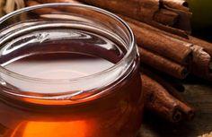 Benefícios de tomar diariamente uma colher de canela e mel. Misturaremos o mel líquido e a canela até que fique bastante espesso. Guardaremos o preparo em um pote de vidro selado. Podemos mantê-lo fora da geladeira se for em um lugar fresco e que não faça muito calor. Esse preparo fica bem conservado por muito tempo sem necessidade de conservante, graças às propriedades da canela e do mel.