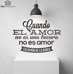 """Vinilo decorativo de esta cita célebre de Calderón de la Barca: """"Cuando el amor no es una locura, no es amor."""" Pedro Calderón de la Barca fue un escritor barroco español del Siglo de Oro, fundamentalmente conocido por su teatro."""