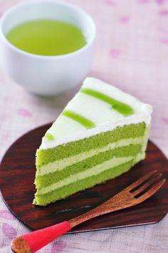 Auch ein Kuchen kann eine knällige grüne Farbe haben und dabei noch total lecker sein der matcha cake jetzt probieren.