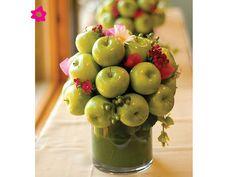 Centros de mesa para boda con frutas y un detalle de flores