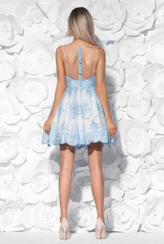 Sukienka z błękitnej koronki, wykończonej cielistym tiulem, podszyta śmietankowym materiałem. Z tyłu zapinana na kryty zamek z ozdobnymi guziczkami. Dół sukienki rozkloszowany