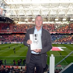 Johan Cruijff ontving vandaag de UEFA President's Award voor zijn waardevolle bijdrage aan de ontwikkeling van het voetbal in Europa. Gefeliciteerd!!