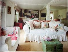 thelinenrose:  (via Posy: Inspiration)...sofa to die for! <3