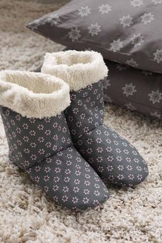 Hausschuhe ♥ | C.Pauli Nature Blog Knitting Socks, Free Knitting, Knitting Patterns, Sewing Patterns, Knitting Scarves, Christmas Crafts For Adults, Easy Crochet Projects, Universal Yarn, Sewing Accessories