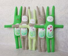 Peluche coniglio - coniglietto con le farfalle nello stomaco, farcito giocattolo del coniglietto di tessile di dipinti a mano. Decorazione di Pasqua. Coniglietto di Pasqua verde.