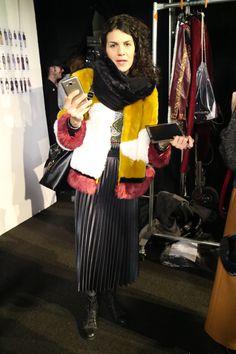 Les fourrures, moonboots, bonnets et autres accessoires de Noël sont de sortie. C'est un carnaval de superpositions, repéré en backstage du défilé Desigual. Plutôt que faire grise mine, on ajoute de la couleur (parfois trop): un état d'esprit dont il n'est pas superflu de s'inspirer. Dans de telles conditions. Focus: fashion week à New-York, backstage, jupe longue et noire, manteau de fourrure jaune blanc et rouge, écharpe noire