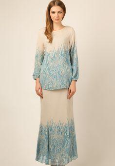 Code : Glamorously enchanting to the last stitch, this stunning baju kurung by Ethnic Chic will have you in awe with its ruffled . Hijab Fashion Inspiration, Style Inspiration, Fashion Ideas, Baju Kurung Lace, Muslimah Clothing, Modern Kebaya, Batik Fashion, Islamic Fashion, Jumpsuit Pattern