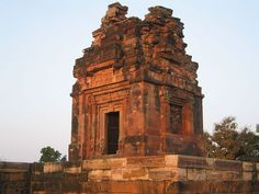This is the Dashavatara Temple, also known as the Gupta Temple. It was built around 500 AD at Deogarh. This temple was dedicated to Vishnu, a Himdu deity. Indian Temple, Hindu Temple, Buddhist Temple, World History Textbook, History Encyclopedia, Lord Vishnu, Tourist Places, Ancient History, Art History