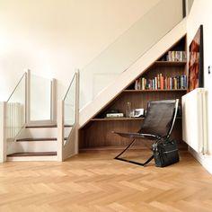こちらも階段下のスペースを本棚に : 階段を活かした本棚でオシャレな住宅デザインまとめ - NAVER まとめ