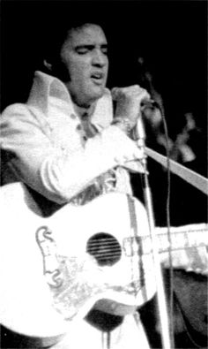 {*Elvis on stage at the Las Vegas Hilton in august 1970*}
