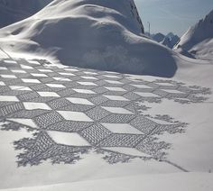 Artist Simon Beck creates gigantic and incredibly detailed works of art in the snow. To create these ephemeral art installations that resemble crop circles, Simon… Wassily Kandinsky, Land Art, Snow Artist, Ephemeral Art, Ice Art, Snow Sculptures, Simon Beck, Outdoor Art, Environmental Art