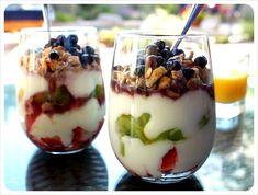 Jillian Michaels parfait 6 oz Greek yogurt, plain 1 c. cereal, granola 1 c. blueberries 1 c. strawberries 2 tsp honey 3 tsp almonds