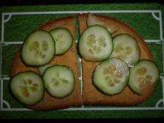 Was wäre das Vegan Wednesday-Board ohne Kates Fußballbrettchen?   An Gurken auf dem Platz ist der Fußballfan ja schon gewöhnt, warum sollte man sie also nicht gleich aufs Brot packen?