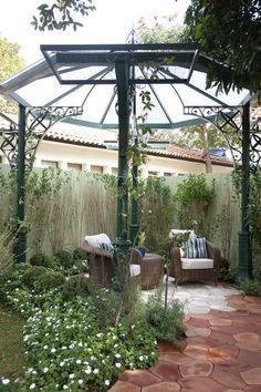 Jardim com flores aromáticas, gazebo em ferro fundido em estilo francês. Piso drenante. Projeto Marisa Lima Paisagismo