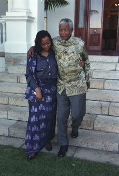 Foto de Nelson Mandela junto a su tercera esposa, Graça Machel, en los jardines de Genadendal, su residencia oficial en Ciudad del Cabo, Sud... Nelson Mandela, Martin Luther King, Black Power, South Africa, Presidents, History, Fashion, Paladin, Cape Town