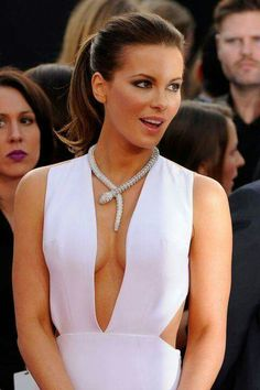 30 Fresh Ways to Amp Up Your Ponytail Try a style like this that flips the end! Bouncy and fun, Kate Beckinsale gives a flirty flip to her high pony. Long Hair Ponytail, High Ponytails, Ponytail Hairstyles, Pretty Hairstyles, Kate Beckinsale Pictures, Kate Beckinsale Hair, Peinados Pin Up, Ponytail Styles, Ponytail Ideas
