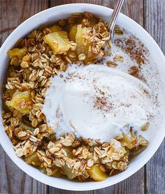 Healthy Apple Crisp (Gluten-Free & Vegan), delicious, moist and crunchy, vegan and refined sugar-free. Surprise your guests with this quick and easy recipe!