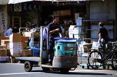 ターレットトラック、 通称「ターレ」 築地市場 場内 Robot, Baby Strollers, Tokyo, Spaces, Photography, Baby Prams, Photograph, Tokyo Japan, Fotografie
